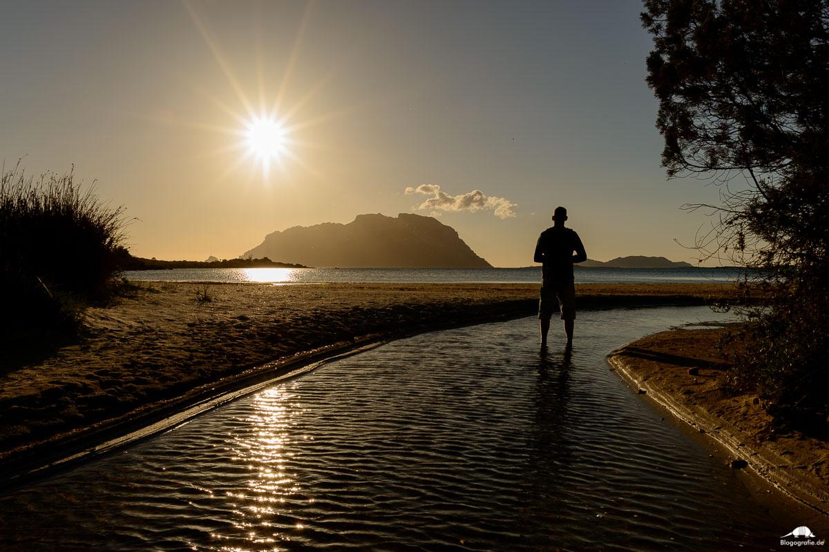 Thomas beim Sonnenaufgang in Porto Istana auf Sardinien