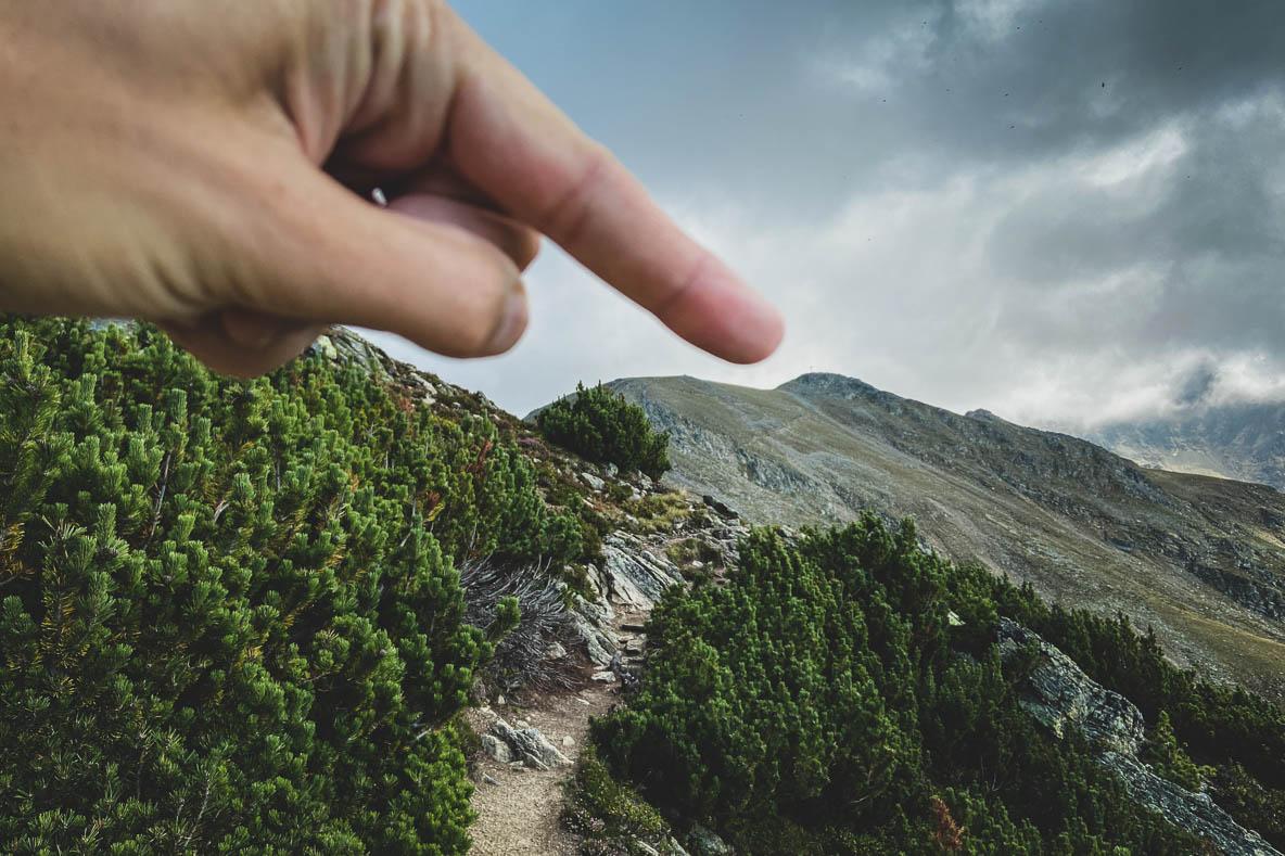Mit dem Finger auf den Gipfel gezeigt