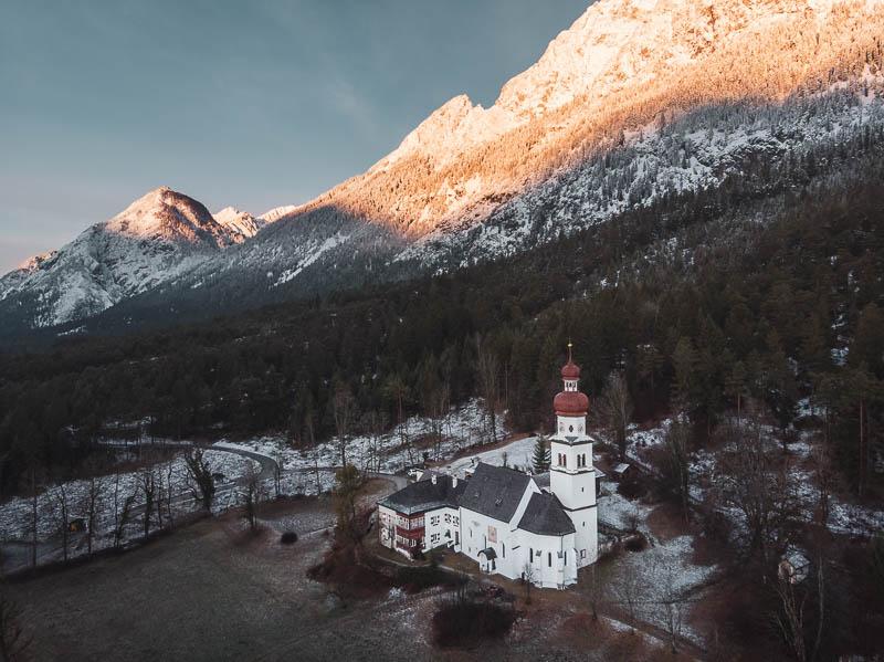 Gnadenwald in Tirol mit Alpenglühen zum Sonnenaufgang