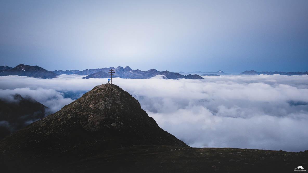 Sonnenaufgang in den Alpen über den Wolken