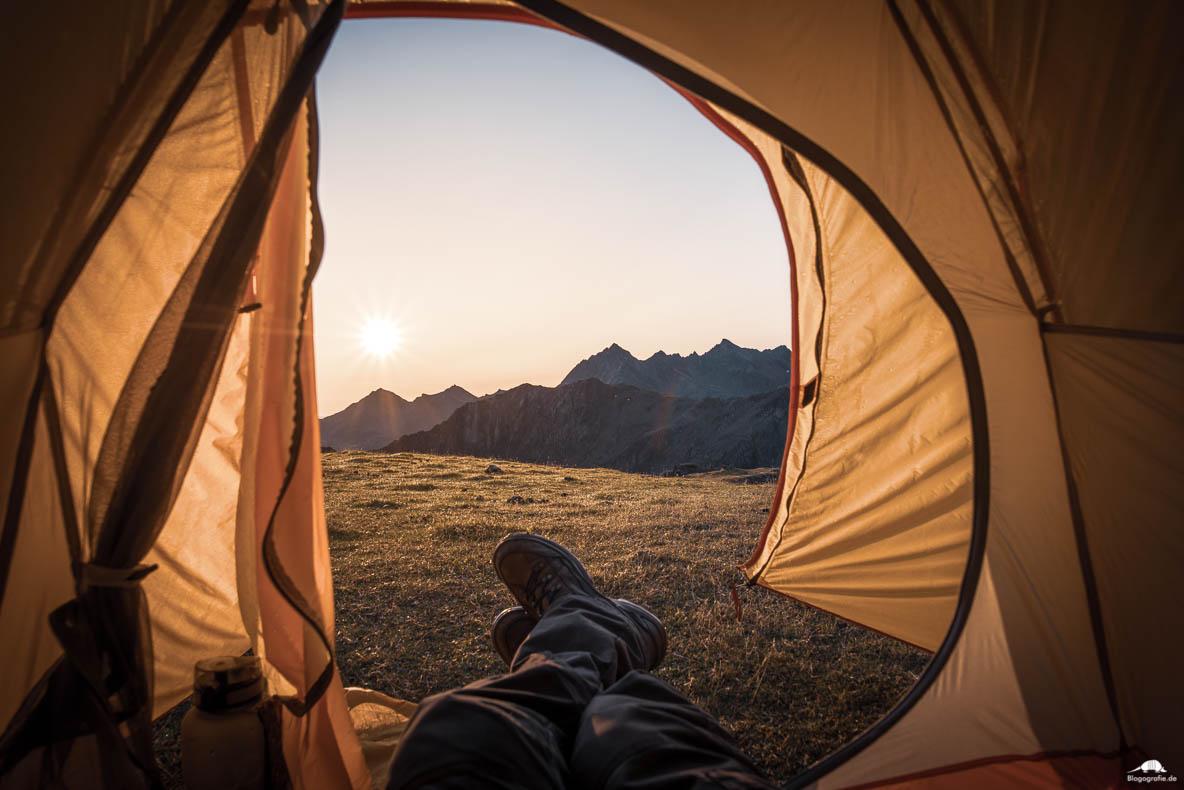 Blick aus dem Zelt in den Alpen zum Sonnenaufgang
