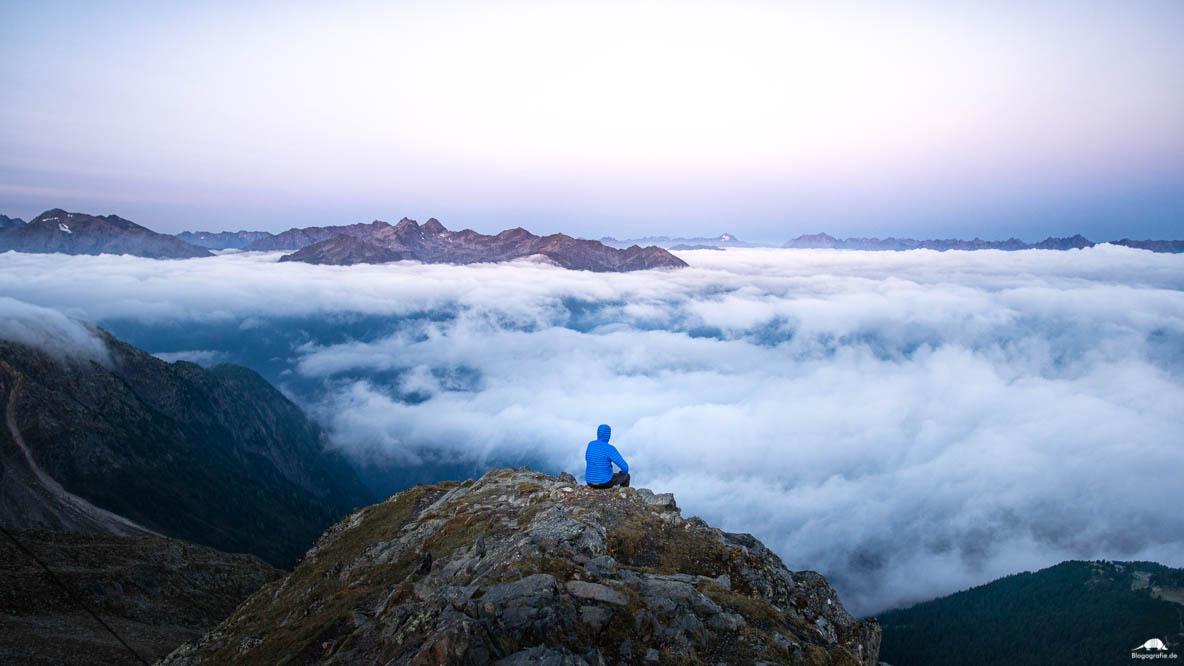 Sonnenaufgang über den Wolken, am Gipfel auf 2600m Höhe