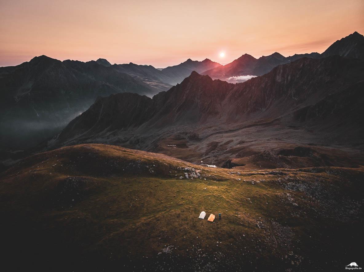 Drohnenfoto zum Sonnenaufgang in den Alpen