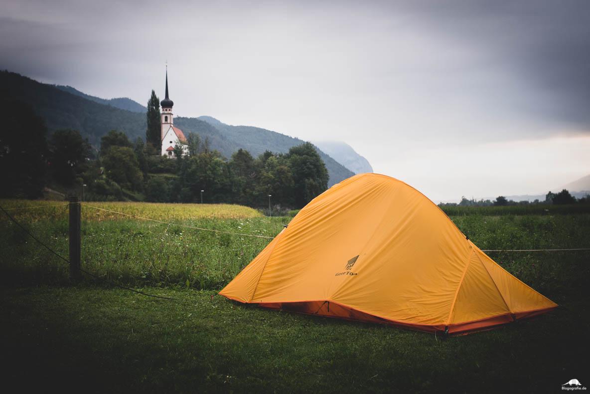 Zelten auf dem Campingplatz Tiefental, mit Blick zur Kirche