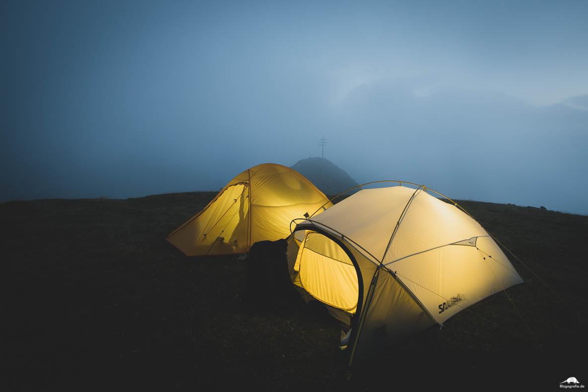 Zelte im Nebel auf dem Berg-Gipfel