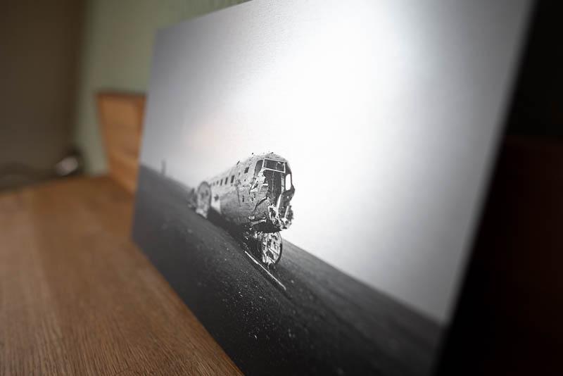 Bild auf Alu-Verbund im gebürsteten Look in der Seitenansicht