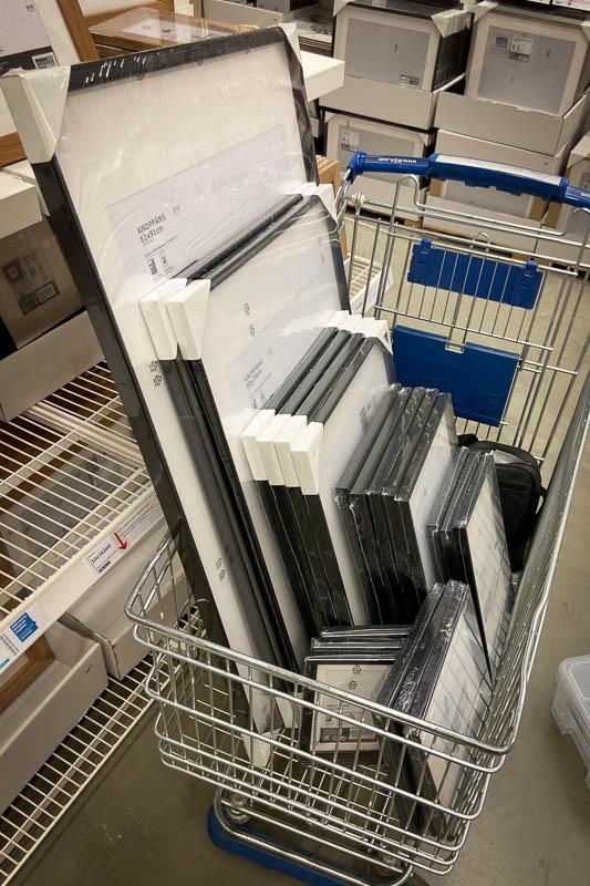 IKEA-Bilderrahmen im Einkaufswagen