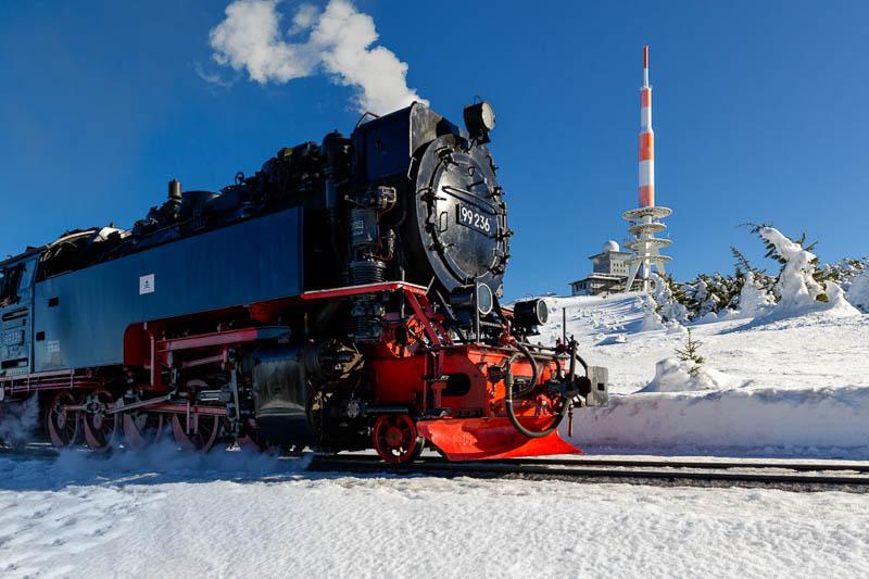 Brockenbahn auf dem Brocken im Schnee