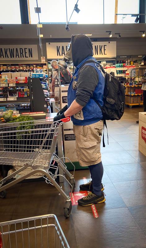 Mit der Gasmaske im Rewe-Supermarkt