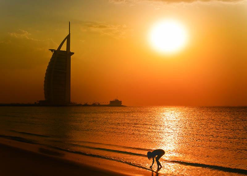 Dubai zum Sonnenuntergang am Strand vorm burj al arab
