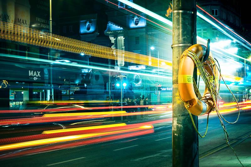 Langzeitbelichtung mit Bus in Dublin beim Nacht