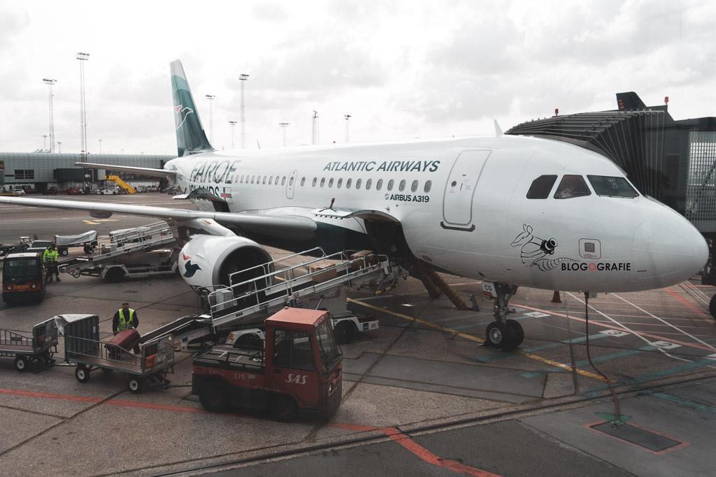 Flugzeug von Atlantic Airways am Flughafen in Kopenhagen zur Abfertigung für den Weiterflug auf die Färöer Inseln