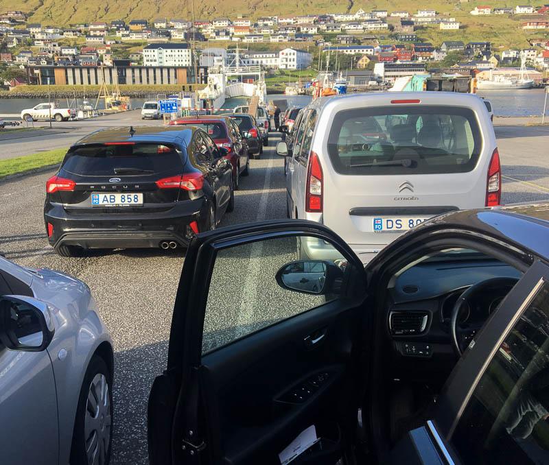 Autos vor der Fähre nach Kalsoy