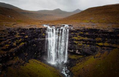 Luftbild vom Fossa Wasserfall auf den Färöer Inseln