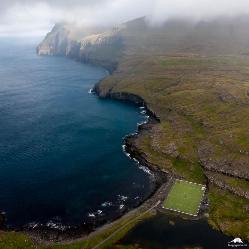 Der Fußballplatz in Eidi auf den Färöer-Inseln mit der Drohne fotografiert
