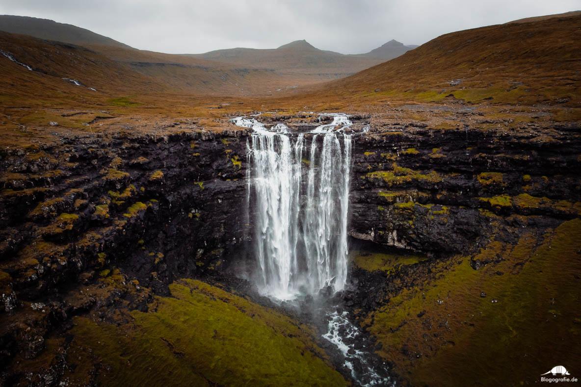 Der Fossa Wasserfall auf den Färöer-Inseln mit der Drohne fotografiert