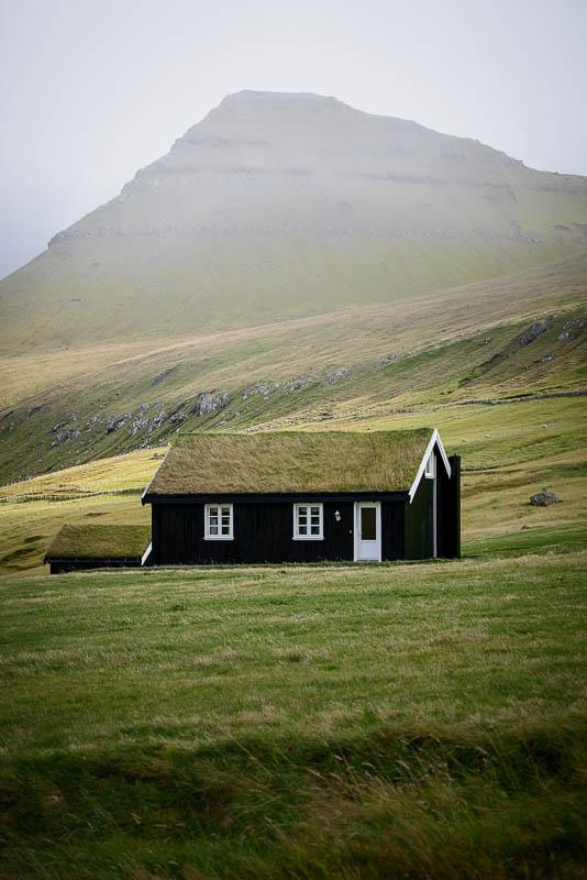 Einsames Haus in Gjogv auf den Färöer Inseln