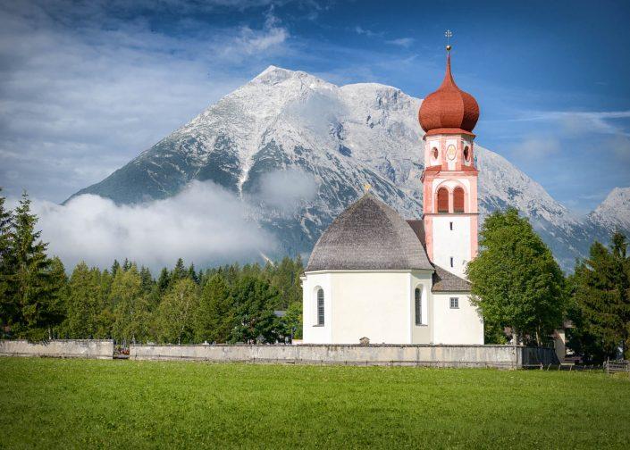 Pfarrkirche St. Magdalena in Leutasch, mit Blick auf die Hohe Munde