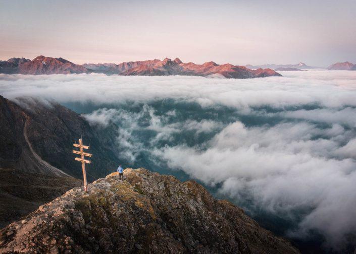 Sonnenaufgang über den Wolken am Wetterkreuzkogel im Ötztal
