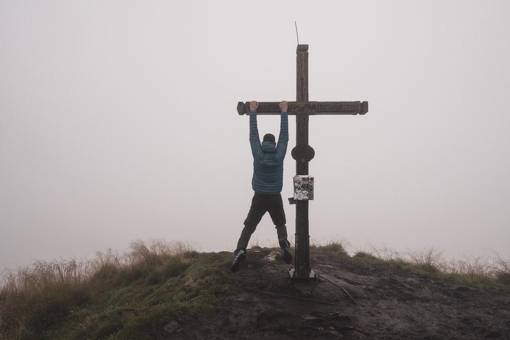 Gipfelkreuz Gasselhöhe im Nebel