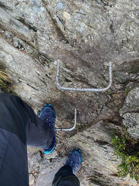 Metallstufen auf dem Wanderweg