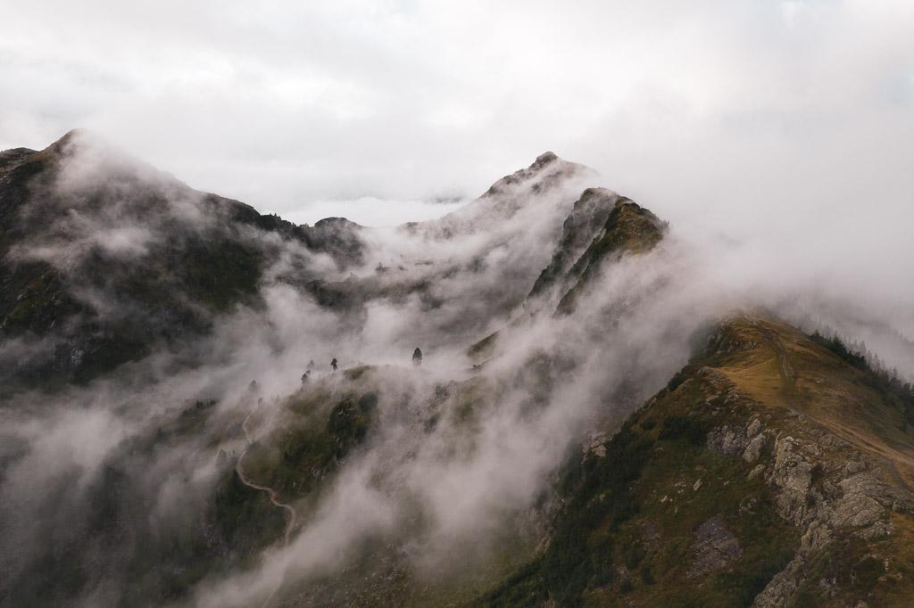 Drohnenfoto entlang des Grats von der Gasselhöhe über den Wolken