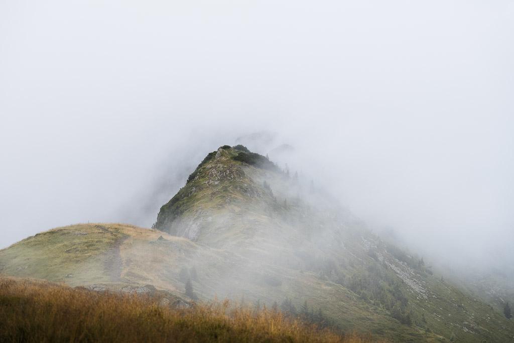 Berggipfel mit Wolken