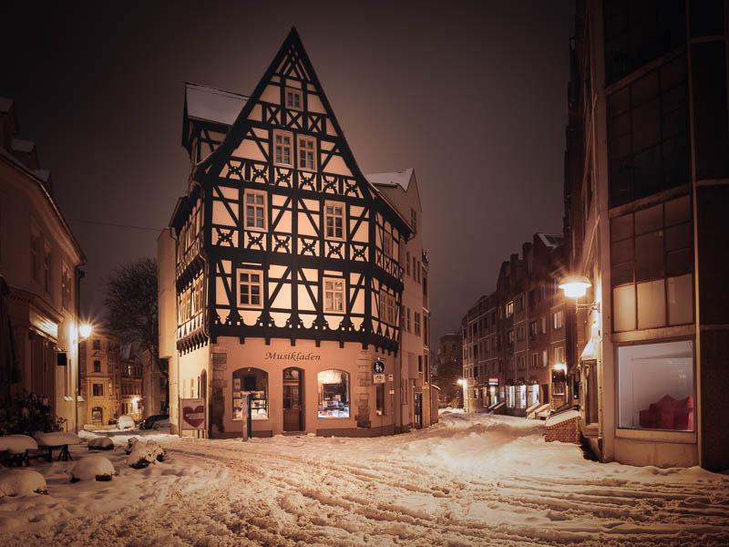 Das Graseweghaus in Halle (Saal) bei Nacht im Schnee