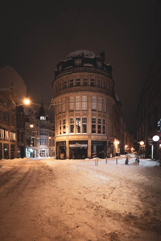 Ein markantes Haus in der Großen Ulrichstraße in Halle (Saal) bei Nacht im Schnee