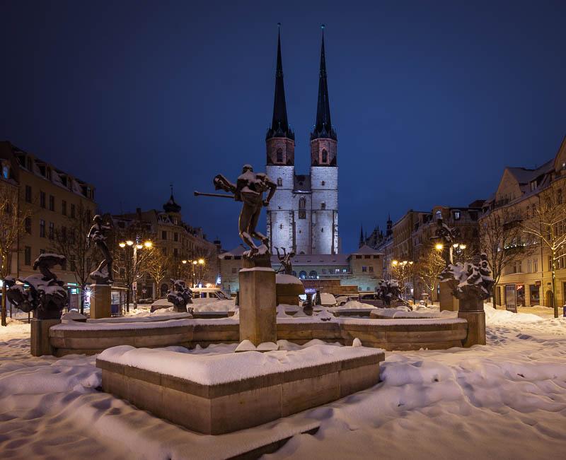 Der Göbel-Brunnen in Halle (Saal) bei Nacht im Schnee