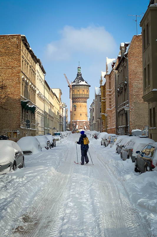 Ein Skifahrer im Paulusviertel, nach heftigem Neuschnee in Halle (Saale)