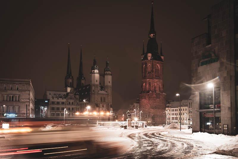 Der Markplatz von Halle (Saale) bei Nacht im Schnee