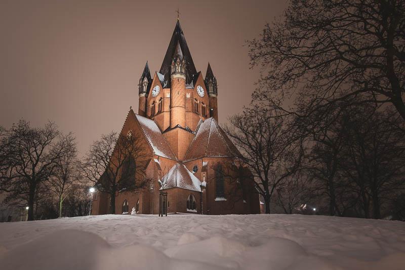 Die Pauluskirche in Halle (Saale) bei Nacht im Schnee