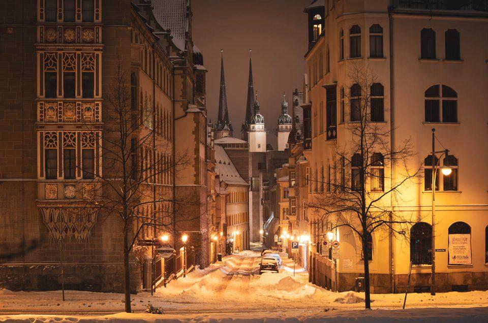 Ein Blick auf die Marktkirche von Halle (Saal) bei Nacht im Schnee durch die Rathausstraße