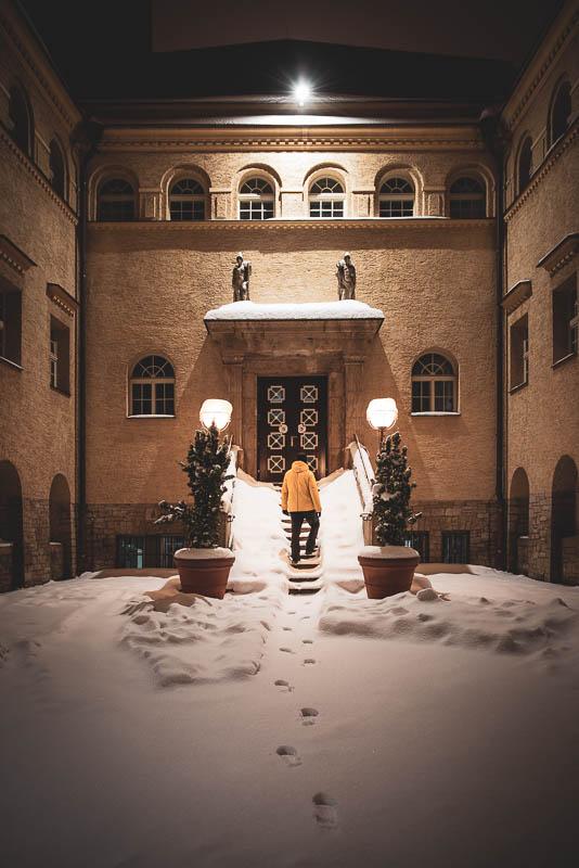 Der Eingang vom Stadtbad Halle (Saal) bei Nacht im Schnee