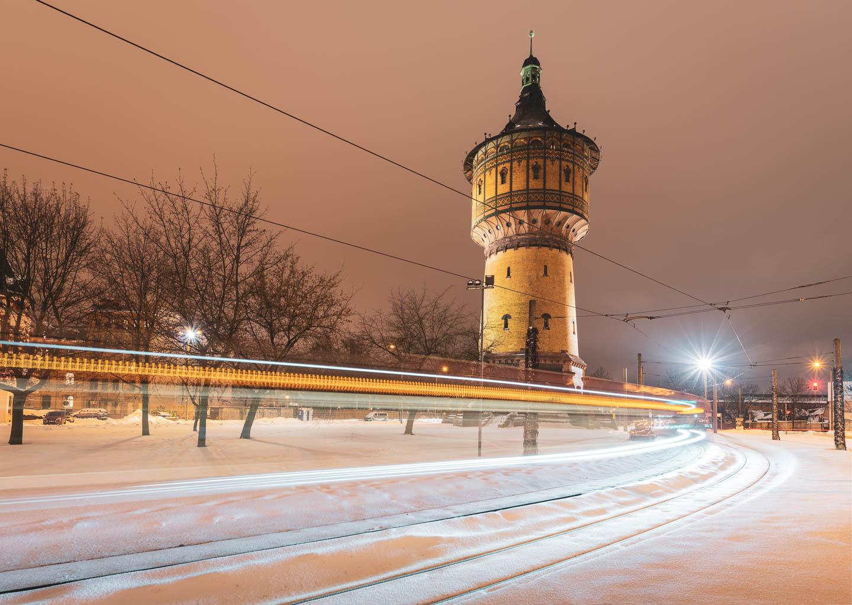 Der Wasserturm Nord in Halle (Saal) bei Nacht im Schnee