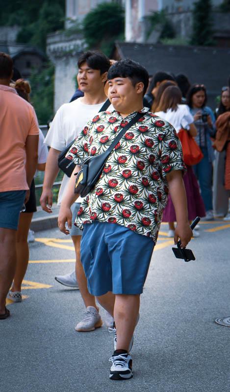 Asiaten mit Kameras bewaffnet schlendern durch Hallstatt