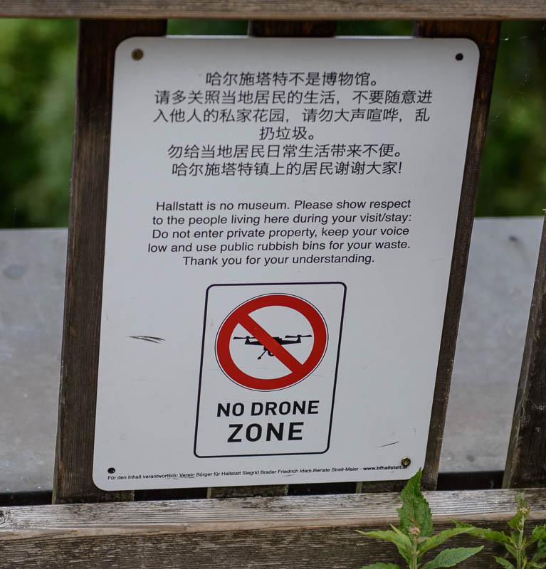 Drohnen-Verbot in Hallstatt, mit vielen Hinweisschildern gekennzeichnet