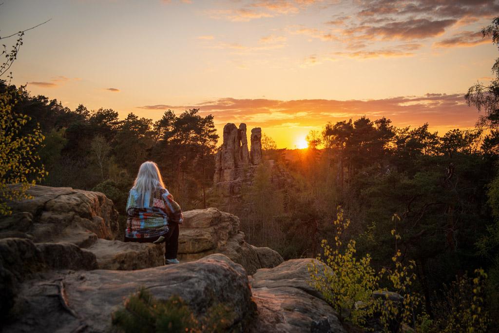 Sonnenuntergang über dem Fünffingerfelsen in den Klusbergen im Harz