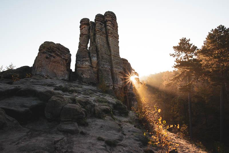 Sonnenaufgang an den Fünffingerfelsen in den Klusbergen bei Halberstadt im Harz