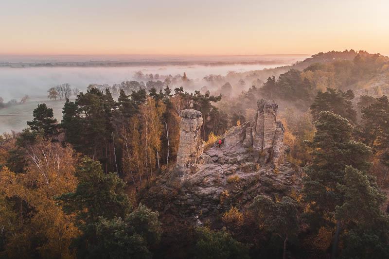 Sonnenaufgang mit Nebel an den Fünffingerfelsen in den Klusbergen bei Halberstadt im Harz