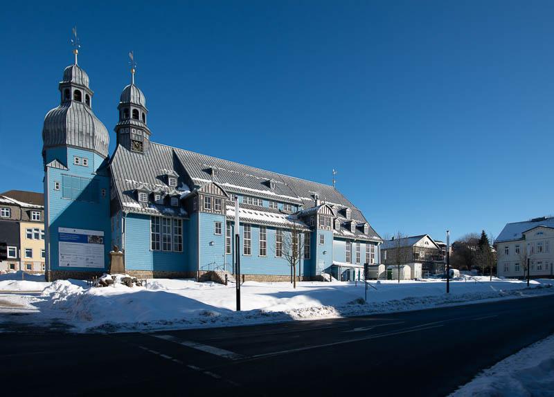Die blaue Marktkirche in Clausthal-Zellerfeld im Schnee