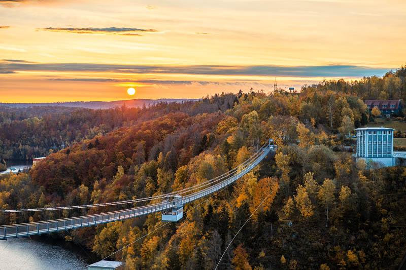 Rappbodetalsperre mit Hängebrücke zum Sonnenaufgang
