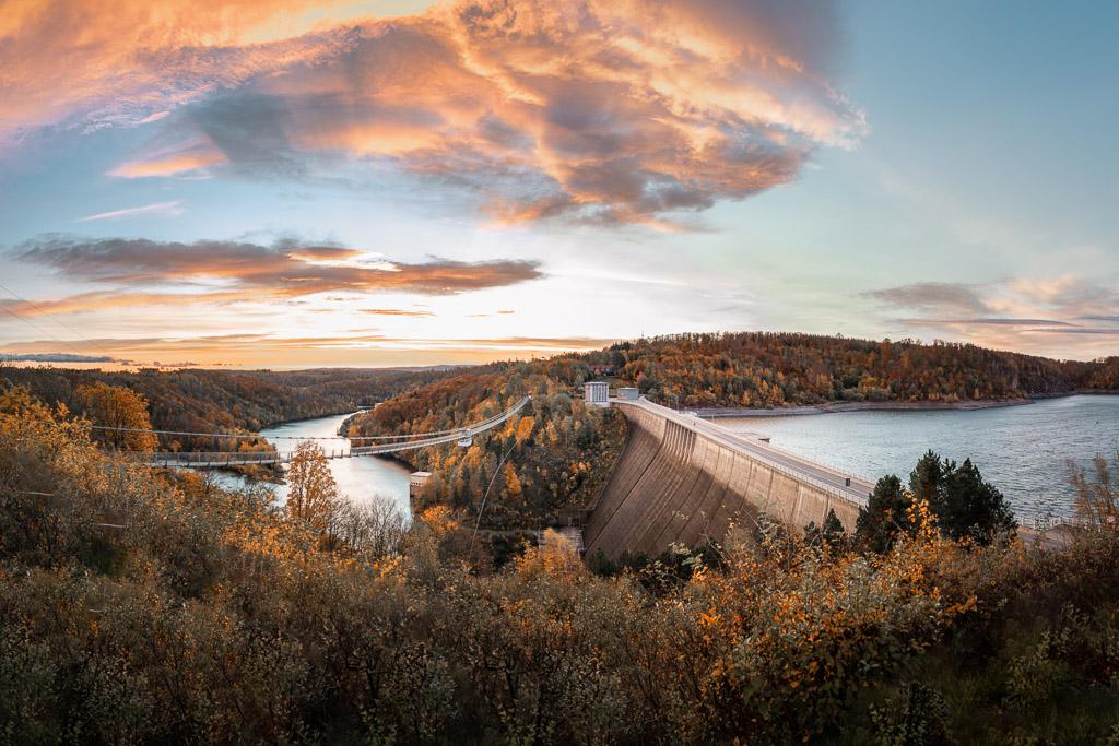 Panorama der Rappbodetalsperre mit Hängebrücke zum Sonnenaufgang