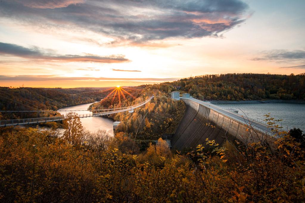 Rappbode-Talsperre mit Hängebrücke zum Sonnenaufgang