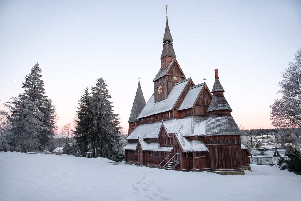 Stabkirche Hahnenklee zum Sonnenaufgang im Schnee