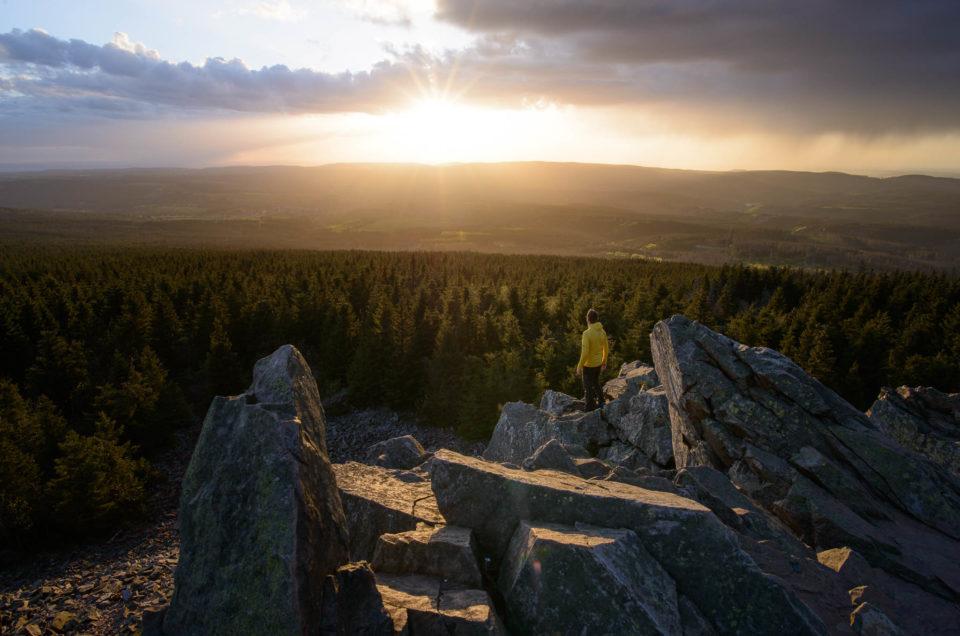 Sonnenuntergang an der Wolfswarte mit Mensch im Bild