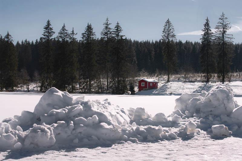 Rote Holzhütte am Ziegenberger Teich bei Buntenbock im Schnee