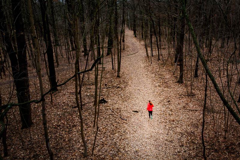 Läuferin im Wald aus der Vogelperspektive