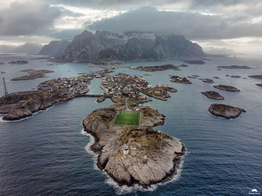 Lofoten - Henningsvaer - Fußballfeld aus der Luft mit Drohne